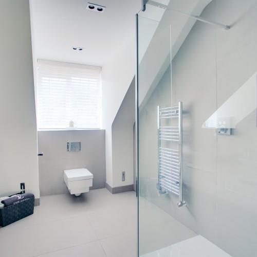 Ensuite bathroom design with contemporary features